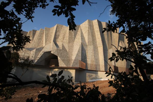 La-Caverne-du-Pont-d'Arc-@-Fabre-Speller-Architectes-Atelier-3A---F.-Neau---Sce¦Çne---Sycpa---photo-Patrick-Aventurier