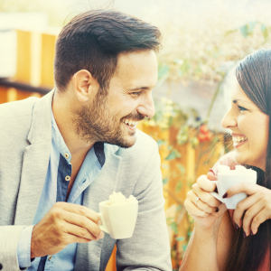 Couple prenant un café en terrasse © Dragan Grkic /Shutterstock.com
