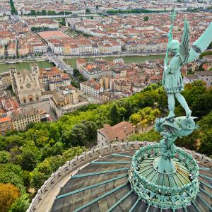 Statue de Saint-Michel sur la basilique de Fourvière et vue sur le Vieux-Lyon © Gaël Fontaine