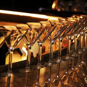 Martini glasses © Sharonang / Pixabay
