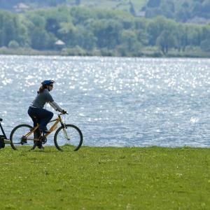 Biking along the Lac du Bourget in Savoie © RA Tourisme/C. Martelet